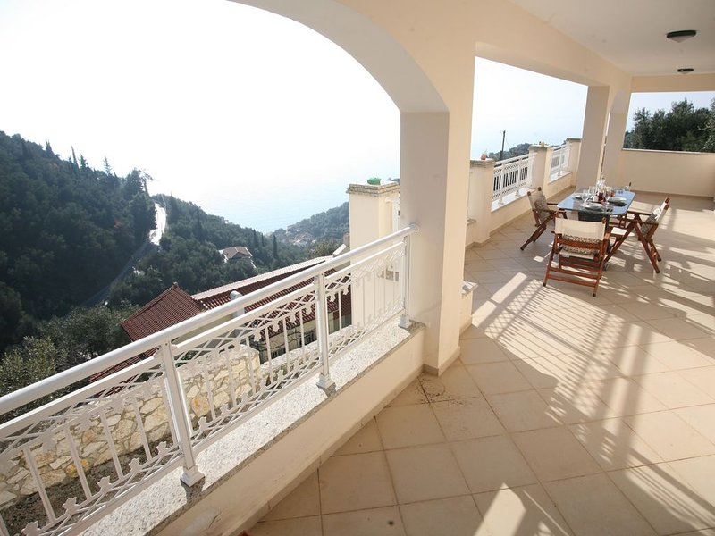 Villa plage à 800m - moderne et tout confort - vue fantastique!, holiday rental in Nissaki