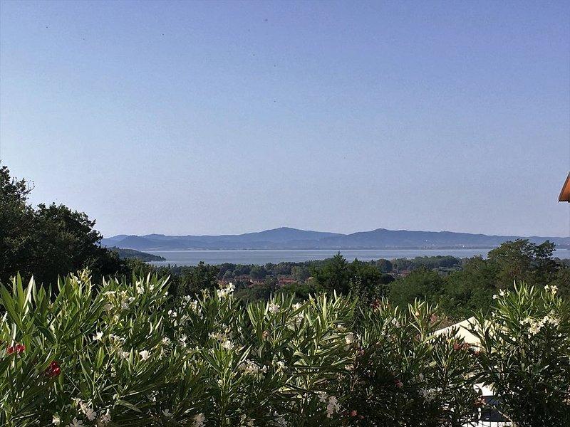 Villa de 2010 avec piscine privative. Superbe vue sur le Lac Trasimeno., aluguéis de temporada em Tuoro sul Trasimeno