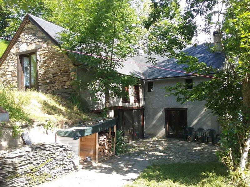 Pour un séjour en famille ou en groupe, une agréable grange aménagée à ENS, holiday rental in Azet