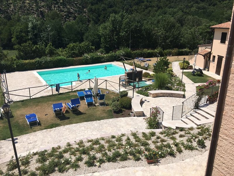 Appartement 2 chambres, 1 salle de bain et séjour avec coin cuisine et piscine, holiday rental in Piobbico