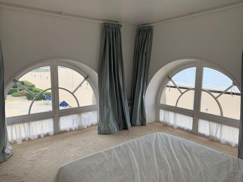 Roches Noires, appartement 4 P avec terrasse sur la plage de Trouville, location de vacances à Deauville