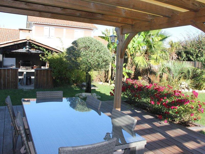 Maison avec terrasse, cuisine extérieure et joli jardin pour profiter du soleil, holiday rental in Lege-Cap-Ferret
