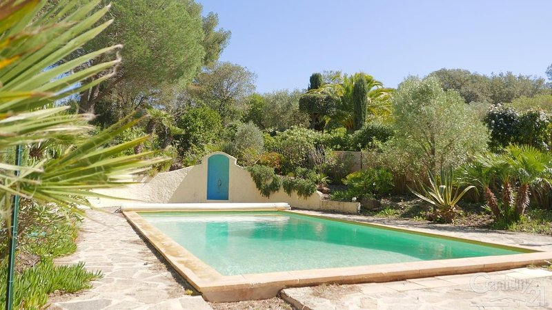 Villa sur la presqu'île de Giens avec piscine et jardin méditerranéen au calme, location de vacances à Hyères