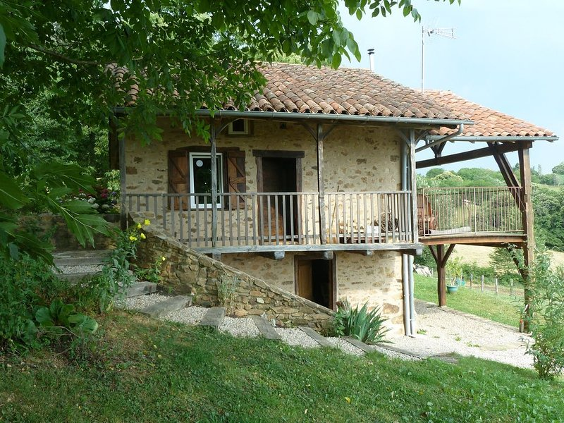 Gite 4 à 5 personnes dans maison en pierre restaurée et dans endroit calme, vacation rental in Lauresses