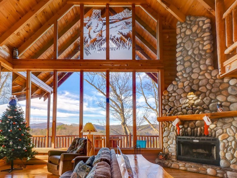 Mountainside cabin w/ shared pool, private hot tub & wood fireplace, holiday rental in Wears Valley