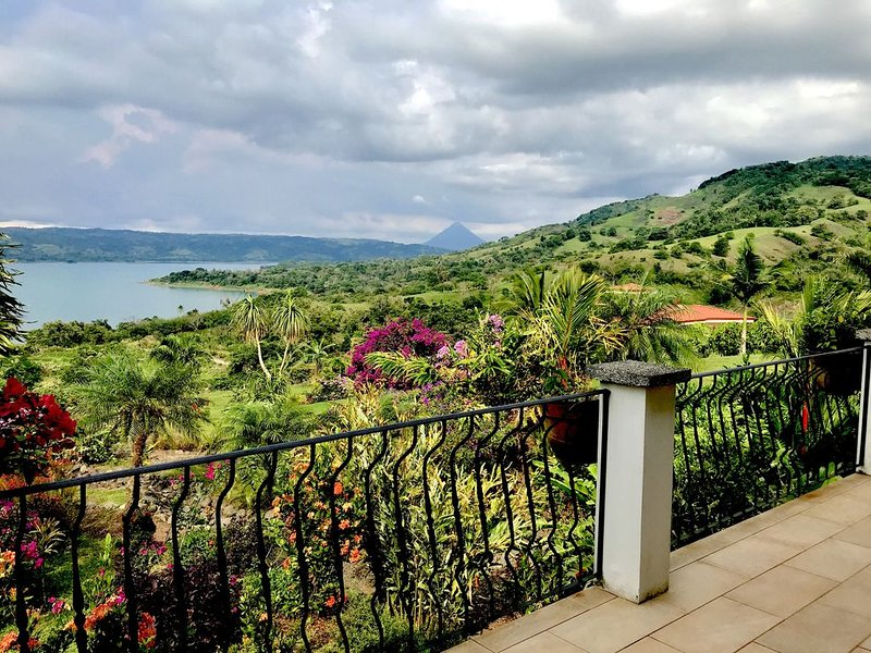 Stunning views of Lake Arenal and Volcano in Secure, Gated Vacation Community, alquiler de vacaciones en Tilarán