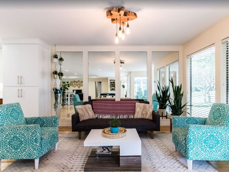 MODERN & OPEN home,  great for LARGE GROUPS & 20 mins to Dallas; 10% discount, holiday rental in Carrollton