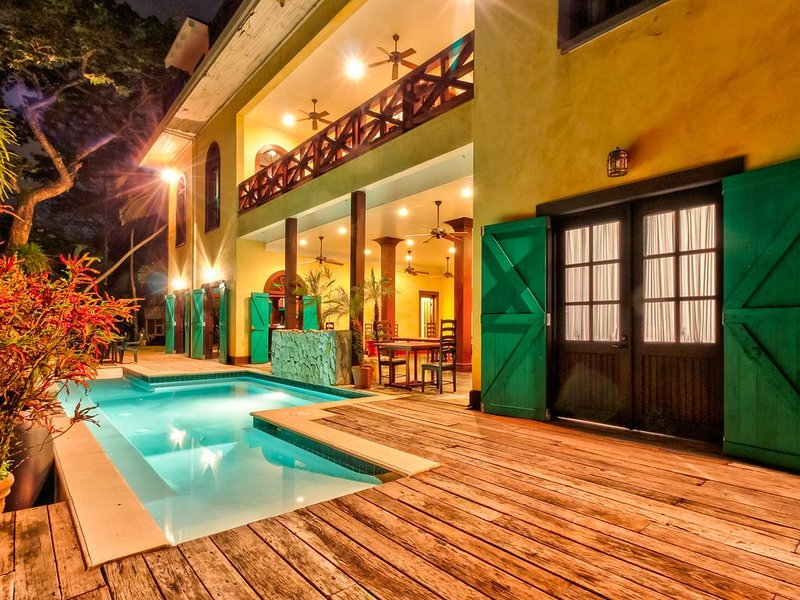 Riverfront retreat w/ balcony, WiFi, partial AC, shared pool & great day trips!, holiday rental in San Ignacio