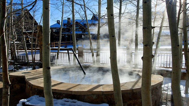 True Ski In/out w FREE Lift Tickets! Views, Hot Tubs at Timbers Bachelor Gulch – semesterbostad i Avon