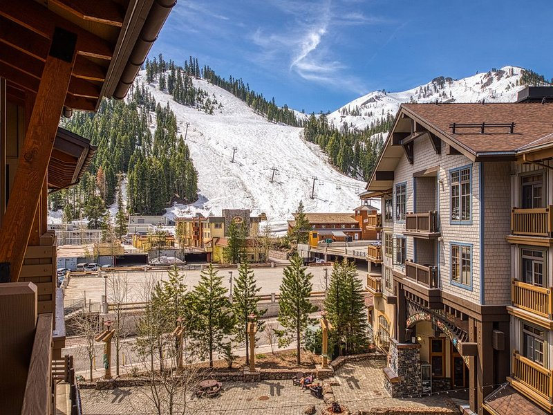 Ski-in/out condo! Shared hot tubs, sauna, and gym!, holiday rental in Squaw Valley