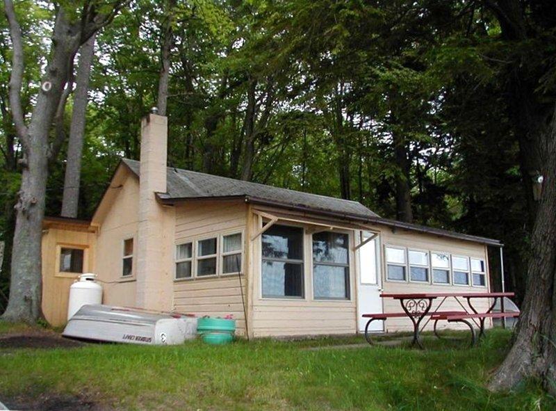 Affordable Family Fun on the Platte Lakes Van Hammen Cottage #1, alquiler de vacaciones en Honor
