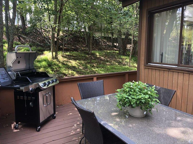4 Season Fun Filled Mountain Retreat in Saw Creek Estates with Tons of Amenities – semesterbostad i Bushkill