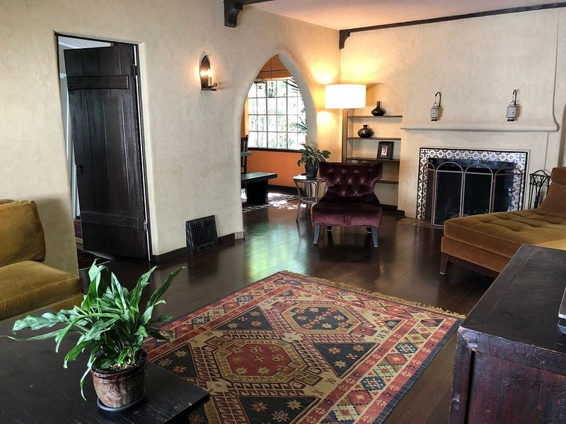 BEAUTIFUL spanish style house - lower hills - SAFE NEIGHBORHOOD!, holiday rental in Canyon
