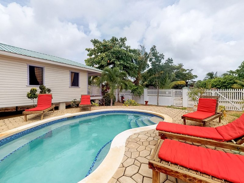 Cabana with a porch, hammock, WiFi, and view of the shared pool & grilling area!, aluguéis de temporada em Sittee Point