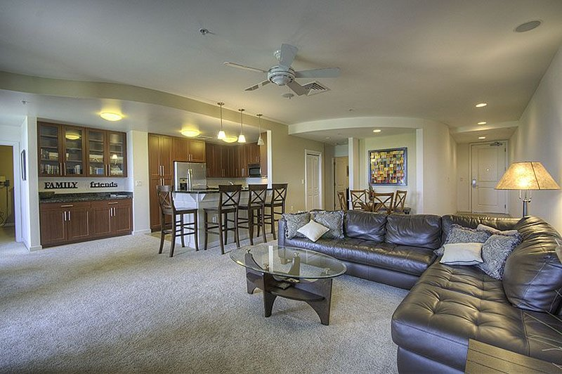 Beautiful direct bayside condo, right off the pool, w/ GORGEOUS sunset views!, alquiler de vacaciones en Virginia Beach