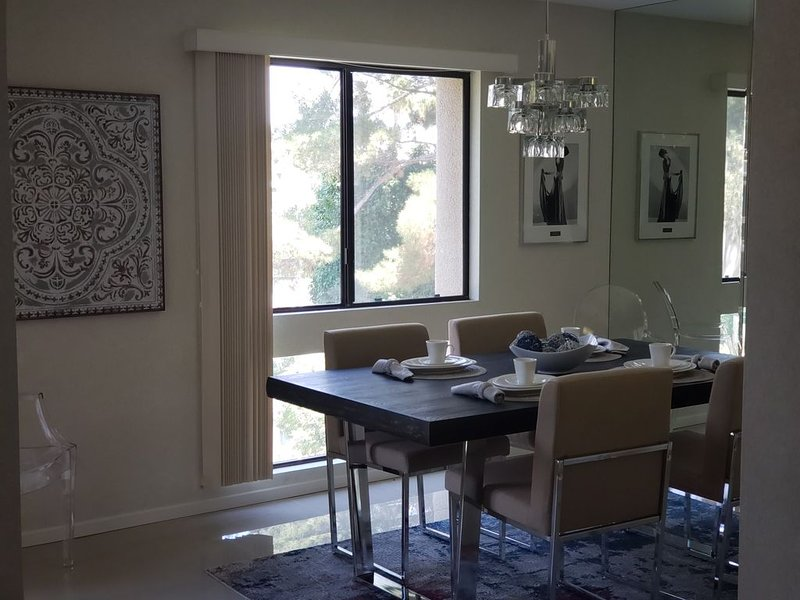 PALM SPRINGS AREA / DOG FRIENDLY CONDO W/COMMUNITY POOL & TENNIS, holiday rental in Cathedral City