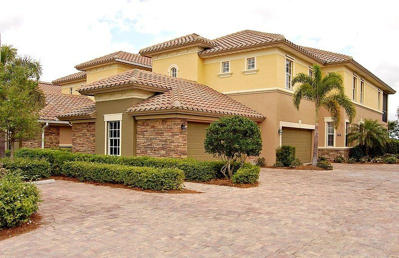 Beautiful Lakefront / Golf Coach Home In Upscale Golf & Lake Community, holiday rental in Golden Gate