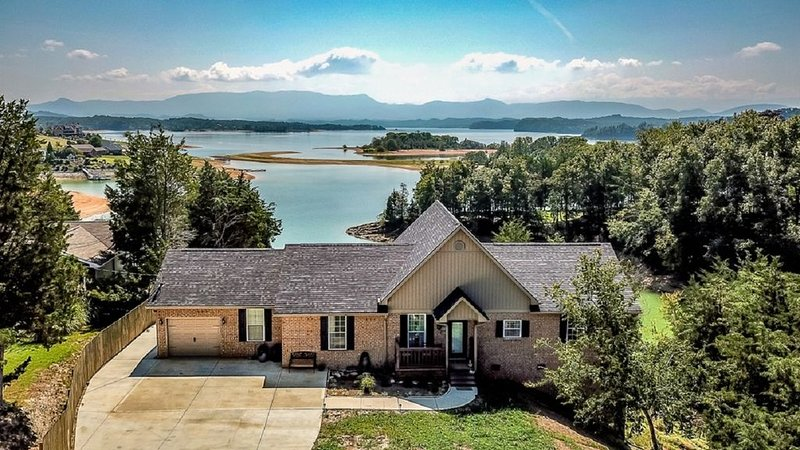 Eagle's View on Douglas Lake - On the lake w/ Main Channel and Smoky Mtn views!!, holiday rental in Dandridge