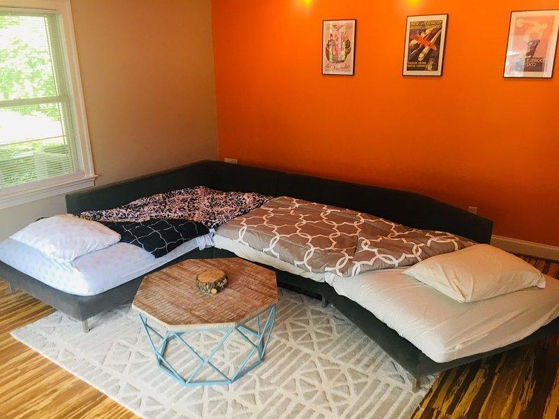 Sofa sectionnel de chambre et de conseil converti en deux lits simples. Chaque lit a la même taille qu'un lit jumeau et le coussin est composé de 6 pouces de mousse enroulée. Merci de nous prévenir à l'avance si vous souhaitez que les lits soient faits.