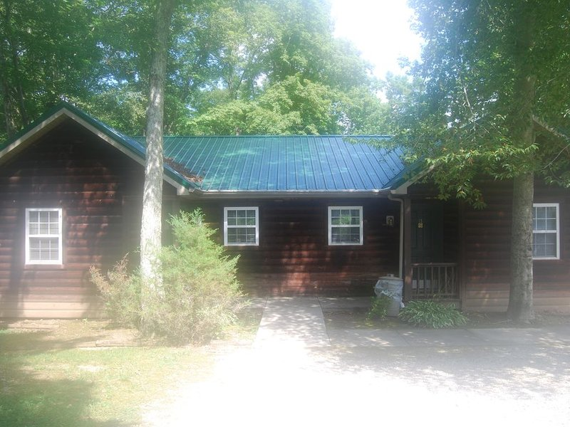 Cabin in the Woods * LakePointe Resort - no cleaning fees! Cabin B, alquiler de vacaciones en Russell Springs