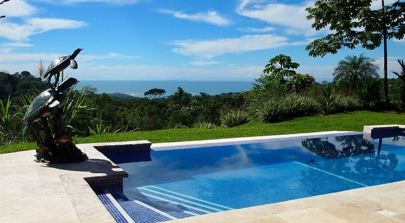 Brand New House with Infinity Pool, Panoramic View of Whales Tail and Jungle, vacation rental in Uvita
