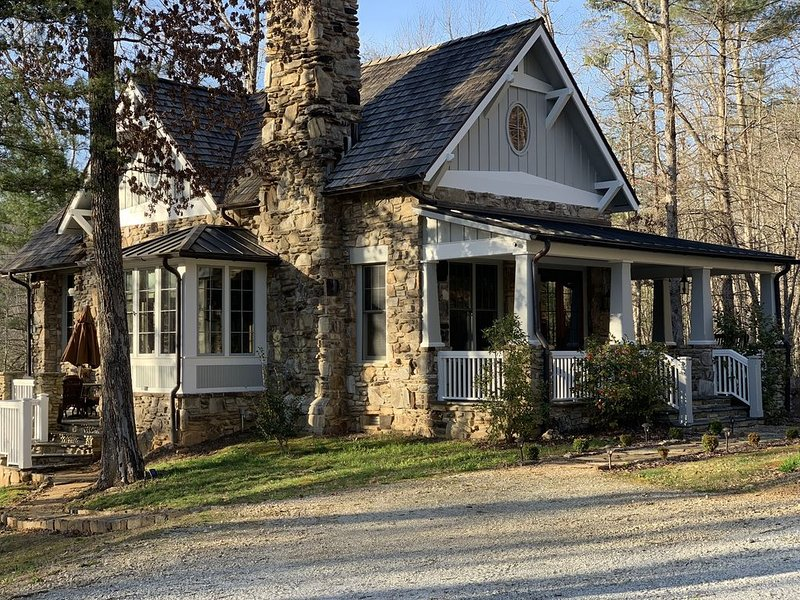 The HOPE House- LUXE, Minutes to Clayton, Julep Farms and Club at Waterfall!, holiday rental in Clayton