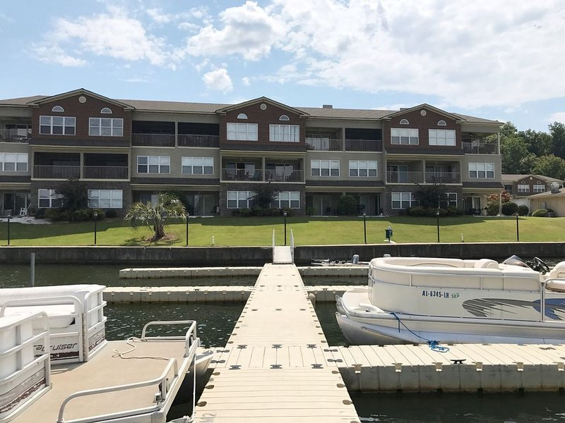 Spacious Waterfront Condo on Lake Martin ! Book now . Sleeps 6, location de vacances à Alexander City