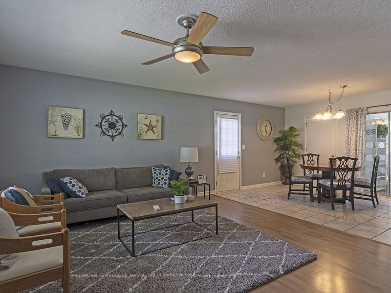 Casa Blue is 5 Minutes to Masonboro Sound and 10 Minutes to Carolina Beach!, holiday rental in Myrtle Grove