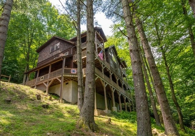 Enchanted Forest Retreat- Luxury log cabin with privacy, large Hot Tub, Pool Tab, holiday rental in Sugar Grove