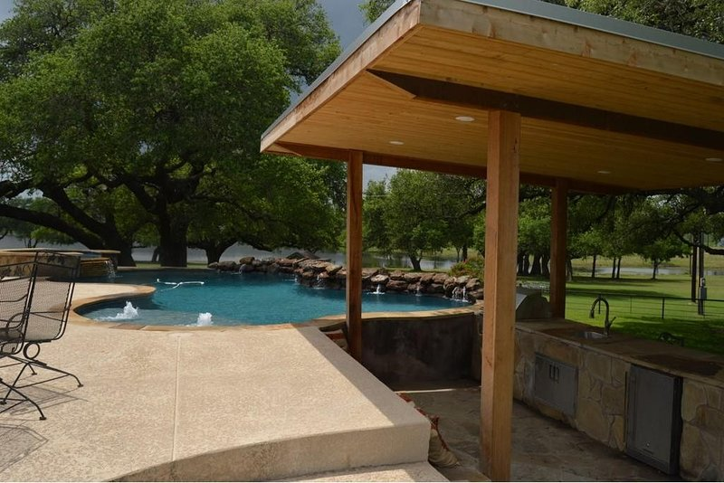 Klekar-Gin Country Retreat   112 Acres, Pool/Hot Tub, Stocked Pond   Sleeps 12, vacation rental in Moulton