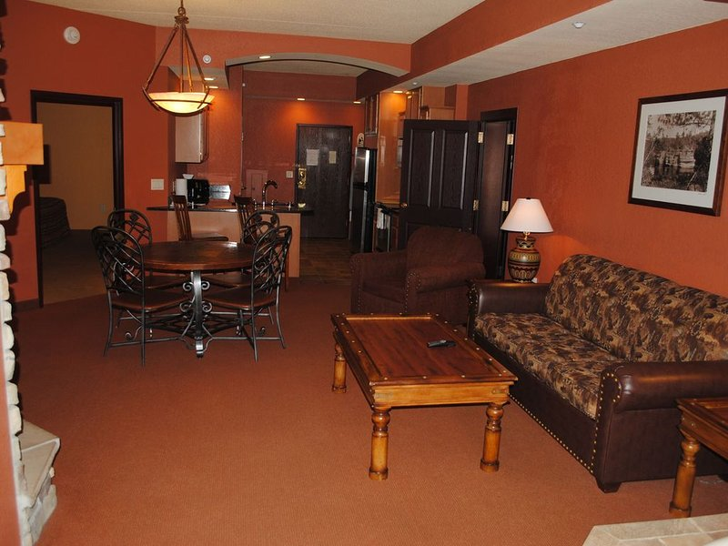 COURTYARD.JACUZZI tub!!, vacation rental in Packwaukee