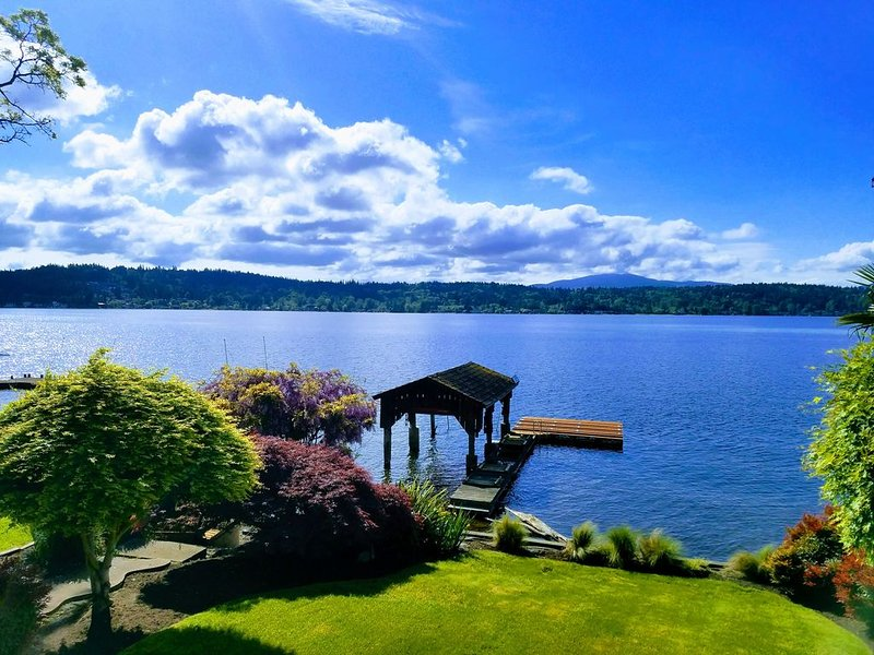 Waterfront home and private dock, close to city, holiday rental in Bellevue
