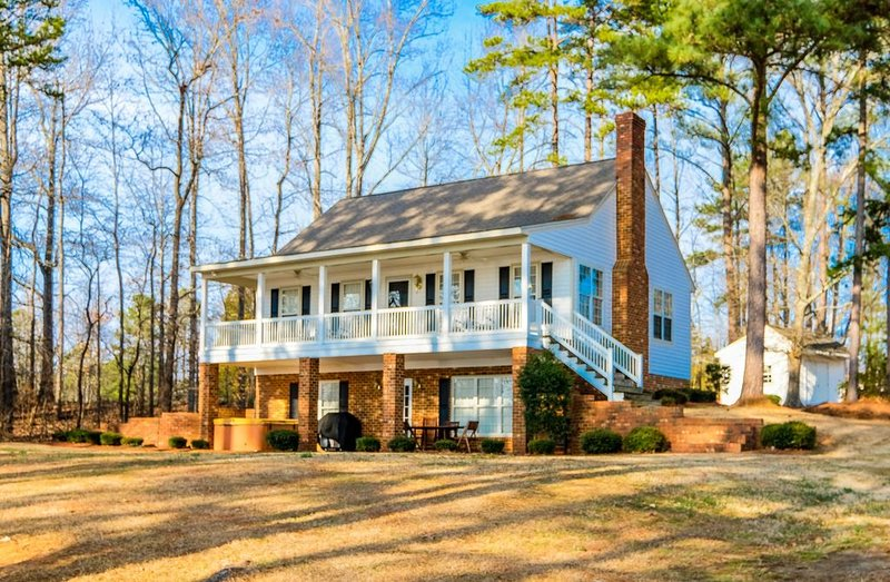 Beautiful Lakefront Home for the Perfect Vacation, location de vacances à Henrico