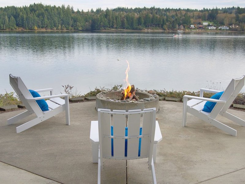Modern Waterfront Home.  Indoor/Outdoor Living with Easy Beach Access.  Views!!, location de vacances à Shelton