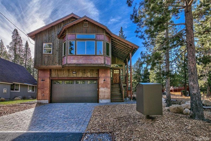 Stunning new custom home close to the Truckee River and minutes from the city, alquiler vacacional en Twin Bridges
