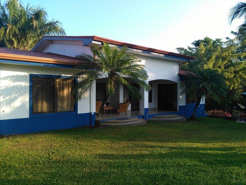Beautiful rest house with mountain view, alquiler vacacional en Parrita