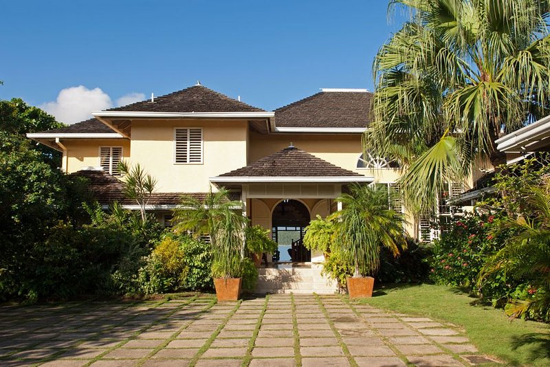 Luxurious 5 Bedroom Villa on Private Beach with Tennis Court, location de vacances à Bengal