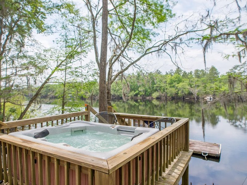 Luxury Suwannee River front/ Spring Home w/ hot tub. Ichetucknee, Ginnie Springs, aluguéis de temporada em Bell