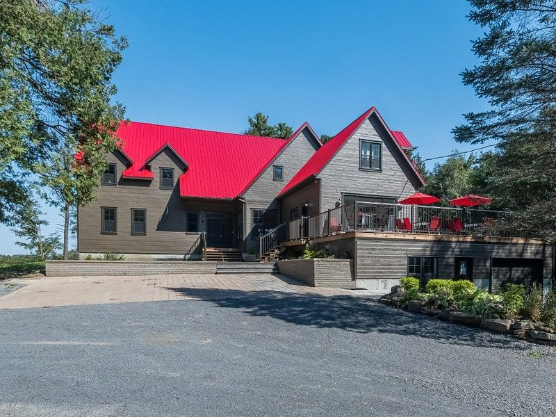 Le Relais International - Chalet for large Group, 7 bedrooms, pool table, Golf, holiday rental in Champlain