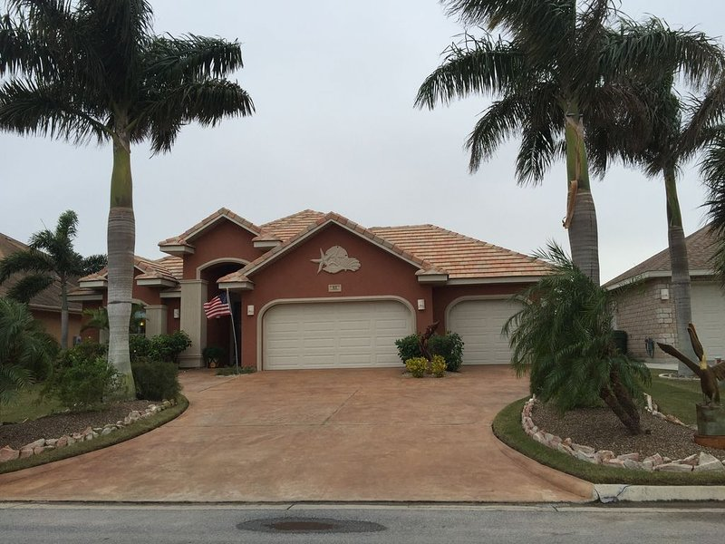 Beautiful, modern home on golf course near South Padre Island, vacation rental in Laguna Vista