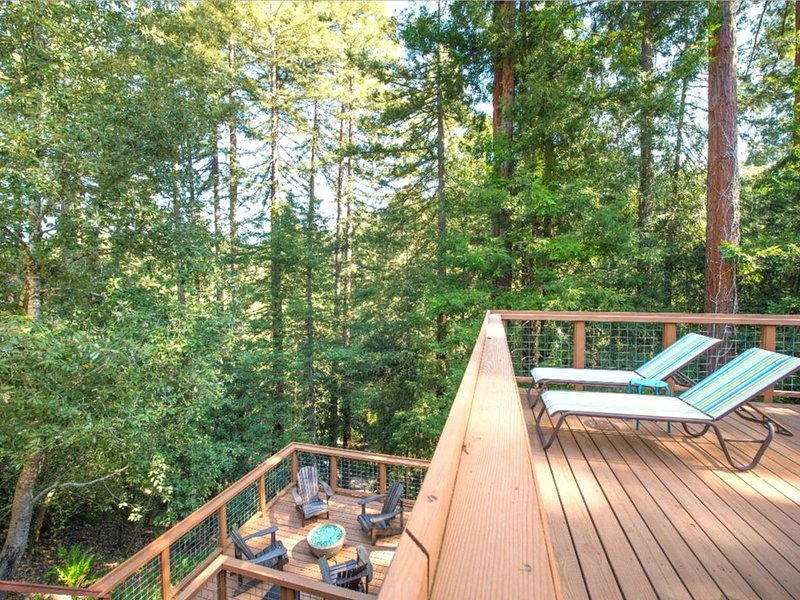 'Tree Fort'HotTub! Decks! FireTable 'Smart House', alquiler de vacaciones en Guerneville