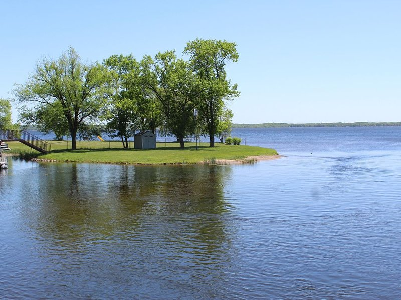 Big Yellow lake Condo with Dock, Lake Front, holiday rental in Danbury