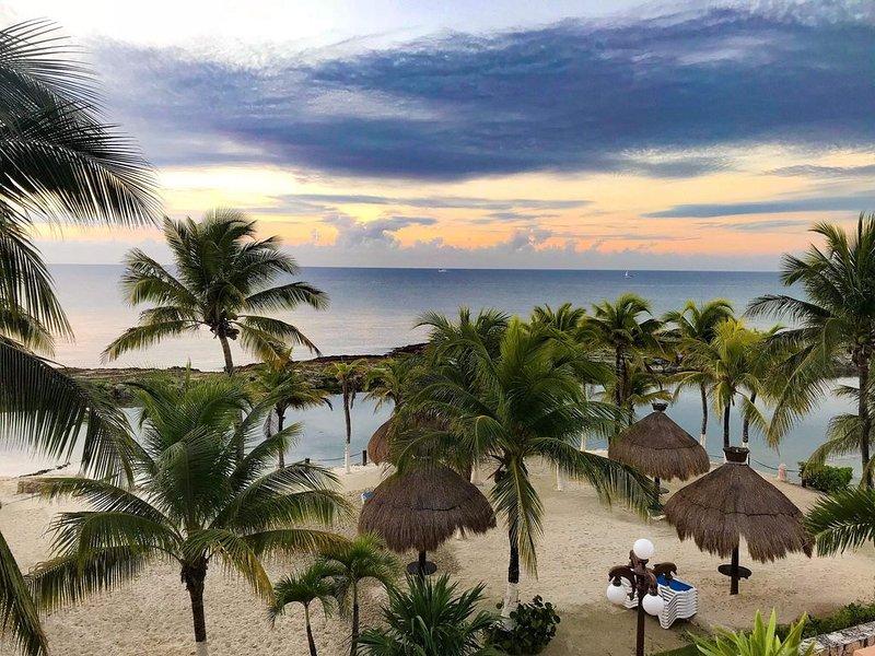 Luxurious 4 Bedrooms Oceanfront Private Beach Condo, vacation rental in Puerto Aventuras