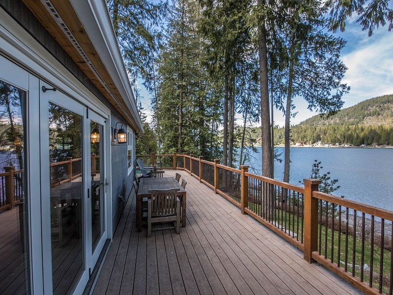 Stunning lakefront cabin w/ expansive deck, private dock & great views!, vacation rental in Sagle
