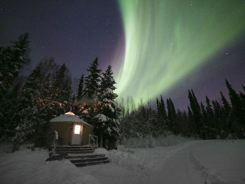 Charming Alaskan Yurt on 5 acres between Fairbanks and Chena Hot Springs, holiday rental in Fairbanks