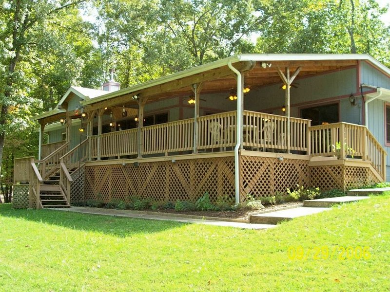 Norfork Lake View Home-Walk to Waters Edge! Affordable Luxury., vacation rental in Henderson