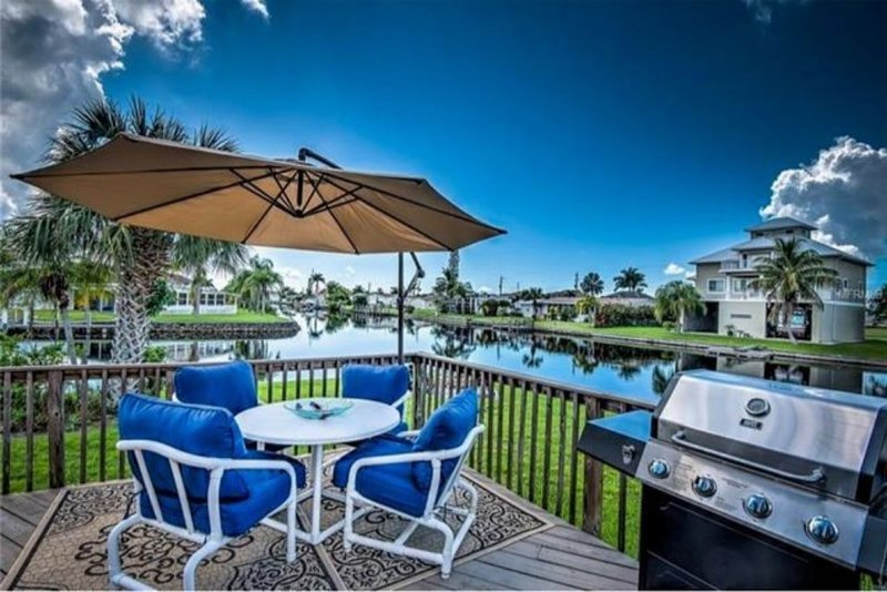 Waterfront with Dock and 200' of Seawall Pet Friendly., casa vacanza a Punta Gorda