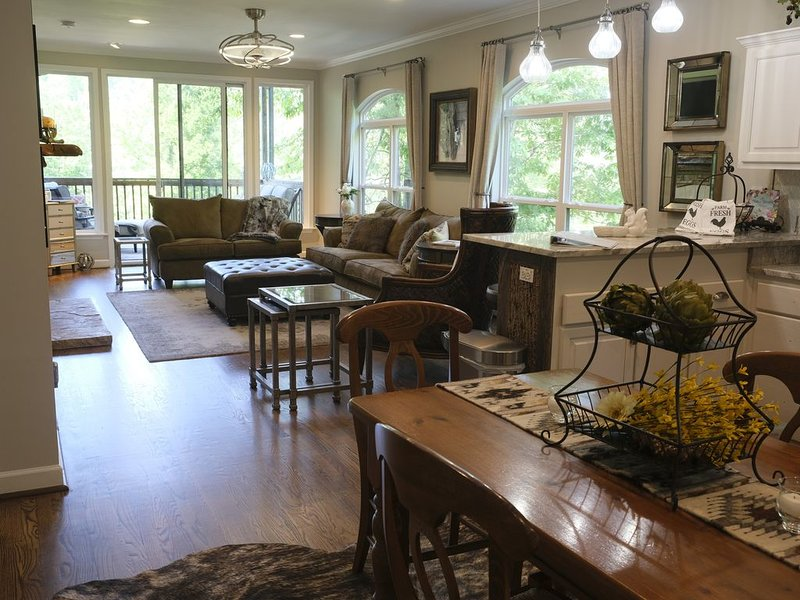 Beautifully, Newly Renovated 3 Bdrm Condo with Views of Toxaway Falls, Ferienwohnung in Lake Toxaway