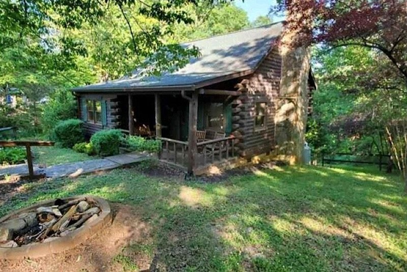 Private Cabin in close proximaty to Lake Lure or the Tyron Equestrian Center, holiday rental in Rutherfordton