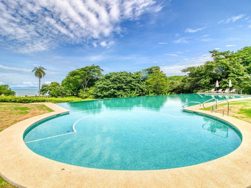 Luxury ocean view condo with comfy tub & shared pool, location de vacances à Bajamar